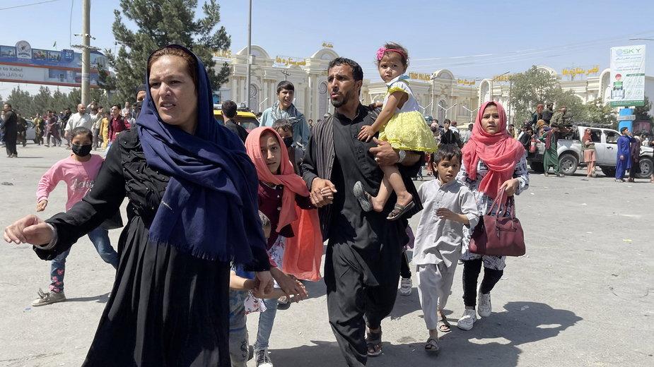 Tysiące ludzi próbowało dostać się na lotnisko w Kabulu, 16 sierpnia 2021 r.