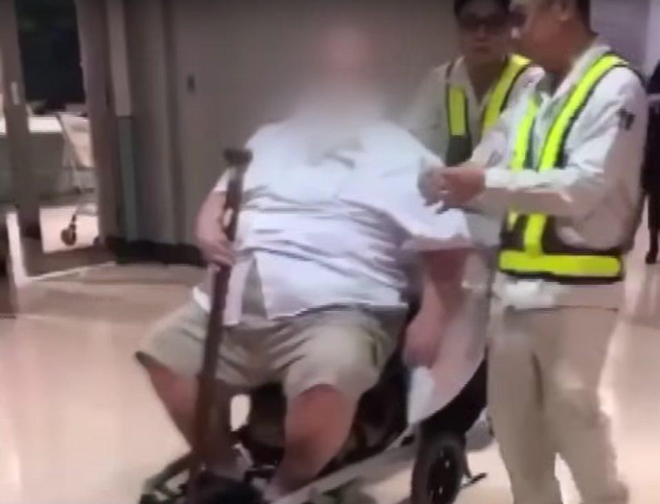 Znalezione obrazy dla zapytania gruby amerykanin który zmusił stewardesy
