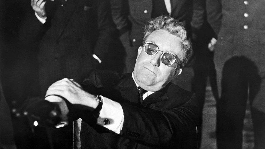 """Peter Sellers jako Kapitan Lionel Mandrake / Prezydent Merkin Muffley / Dr Strangelove w filmie """"Doktor Strangelove, lub jak przestałem się martwić i pokochałem bombę"""" (1964)"""