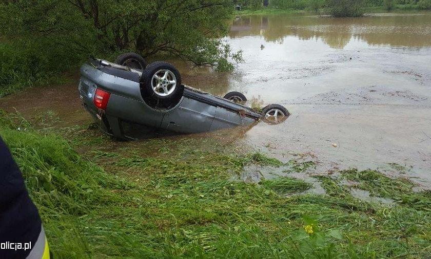Ołpiny: Wjechała autem do stawu. Uratował ją policjant