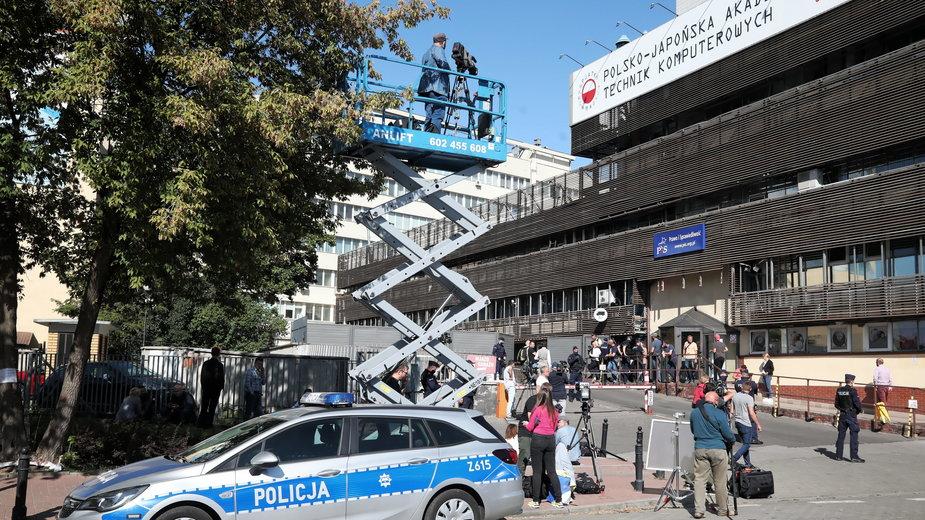 Media i policja przed siedzibą PiS w czasie narady polityków tej partii