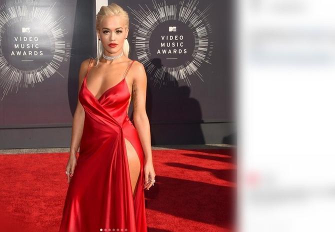 Rita Ora u potrazi za nevoljom u kreaciji Done Karan