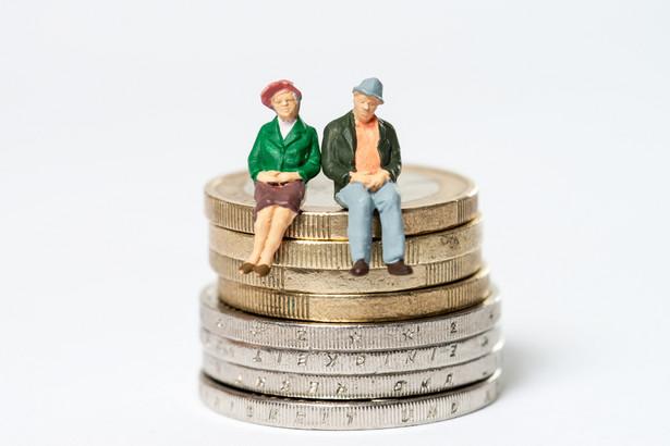 W przypadku umowy o dzieło z innym niż własny pracodawca emeryt lub rencista może dorabiać bez ograniczeń, bo jest to umowa nieoskładkowana.