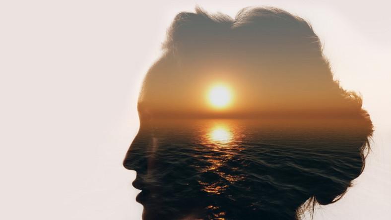 Kobieta snuje marzenia.