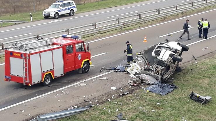 U naletanju šlepera na kombi auto-putu Beograd Niš kod Gornje Trnave poginule tri osobe a još osam ih je povređeno