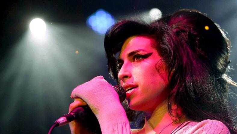 –Zawsze widziałem korelację między schludnością Amy, czy też jej brakiem, a stanem umysłu, w jakim się w danym momencie znajdowała. Przez te ostatnie półtora roku jej ubrania były porządnie ułożone w szafach, książki i płyty poukładane alfabetycznie na półkach, a notatniki ponumerowane – wspomina w książce ojciec Amy Winehouse