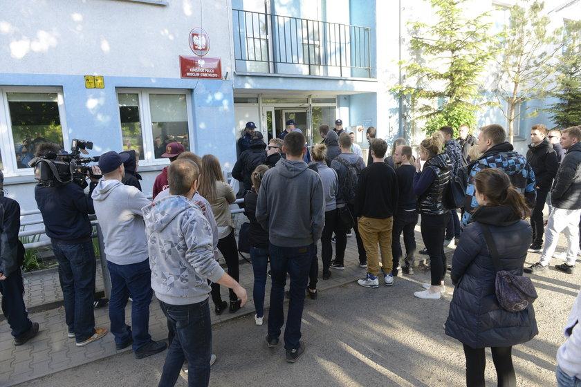 Znajomi Igora spotkali się dziś przed komisariatem przy ul. Trzemeskiej