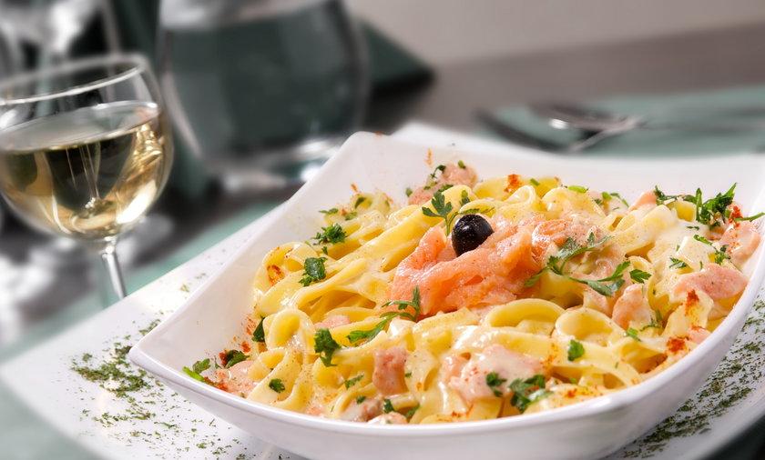 Tagliatelle, makaron, danie, jedzenie, losoś, ryba, wino