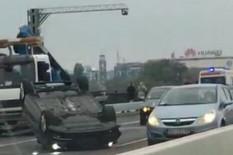 HAOS NA BRANKOVOM MOSTU Automobil se prevrnuo na krov, stvaraju se KILOMETARSKE KOLONE (VIDEO)