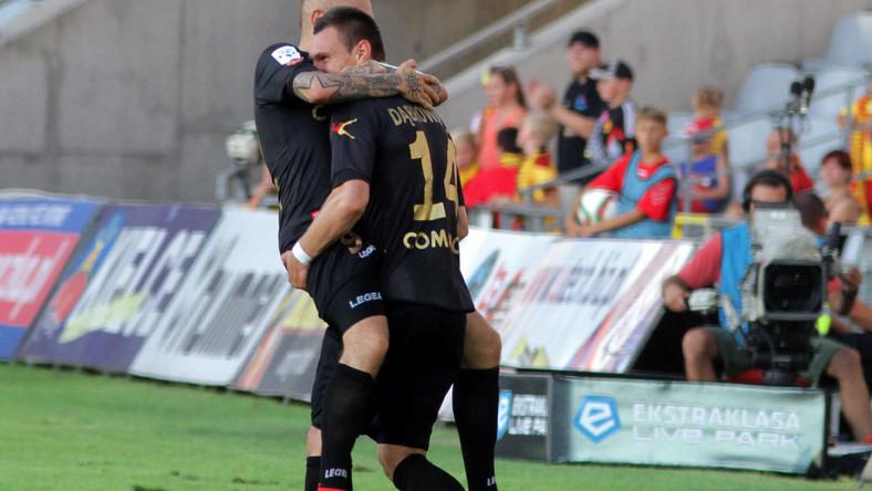 Strzelec gola Deniss Rekeles (L) przyjmuje gratulacje od partnera z Cracovii Damiana Dąbrowskiego (P) w meczu T-Mobile Ekstraklasy z miejscową Koroną w Kielcach