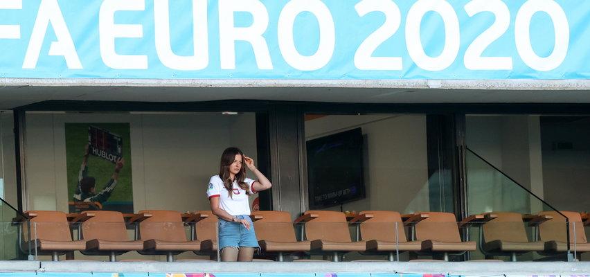 Osamotniona Anna Lewandowska na trybunach stadionu w Sewilli. ZDJĘCIA