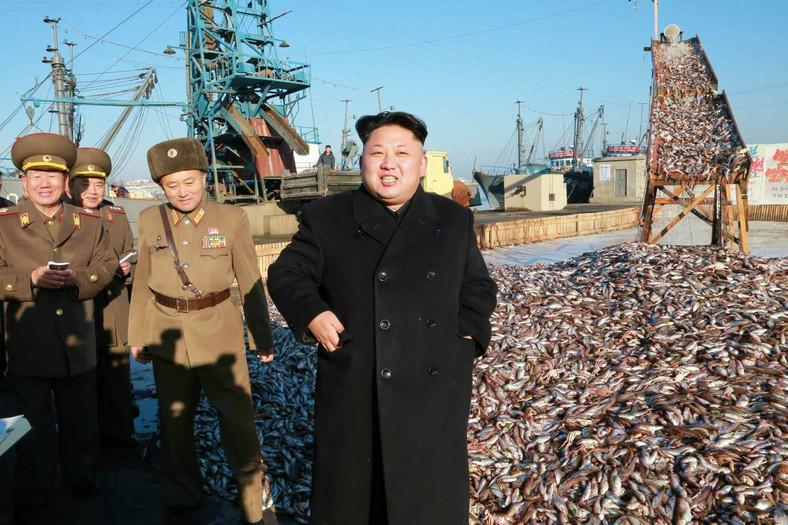 Kim Dzong Un na tle ławicy złowionych ryb