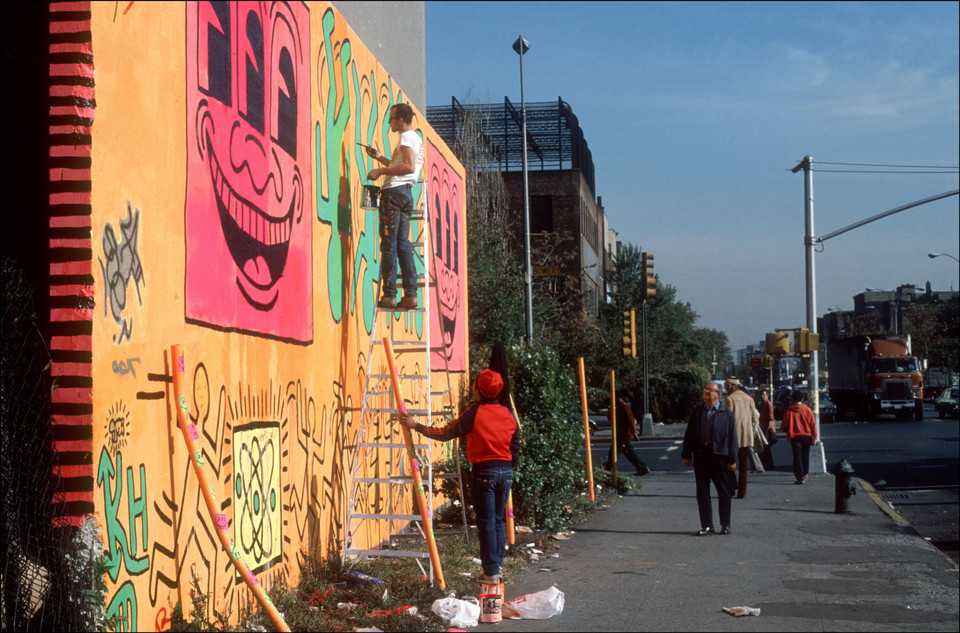 Keith Haring podczas pracy nad muralem