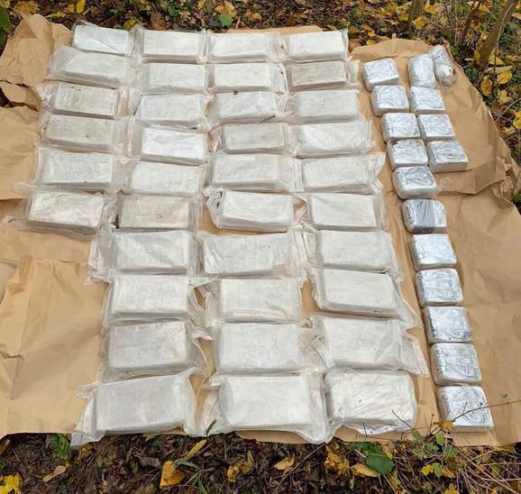 Heroin je bio spakovan u specijalnim burićima koje je potom zakopavao i sakrivao u okolini Mladenovca
