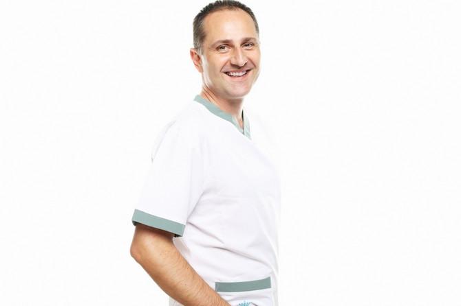 "Docent dr sci med Dušan Škiljević, dermatolog sa Klinike za dermatologiju KCS i stručni saradnik ""Ioanna"" klinike"