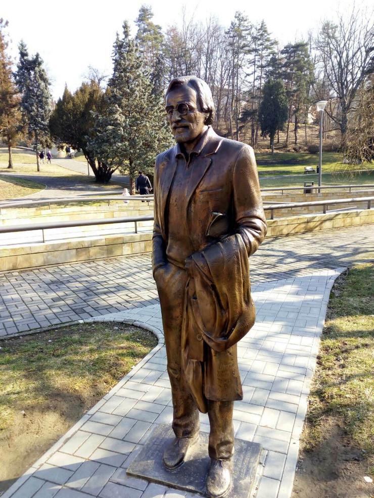 Oskrnavljeni spomenik Draganu Nikoliću