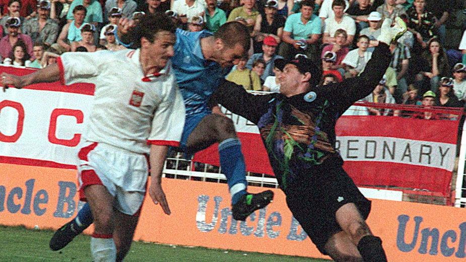 Jan Furtok strzela gola ręką w meczu Polska - San Marino (1993 r.)
