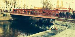 Robotnik spadł z mostu. Wznowienie poszukiwań