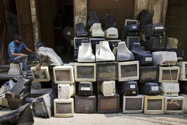 elektrośmieci sortowane na ulicy Nowego Delhi, Kuni Takahashi/Bloomberg