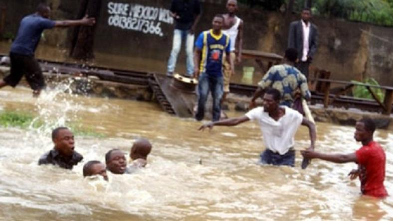 Some good Samaritans trying to rescue victims during the flood