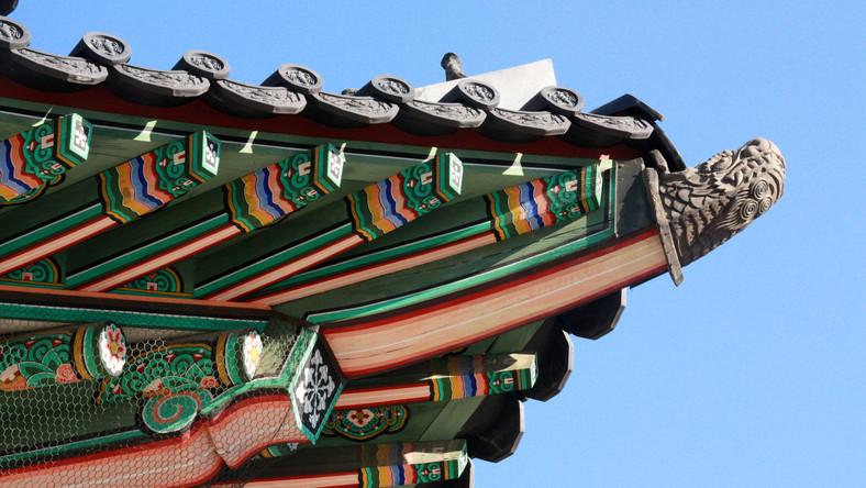 Pałac został wzniesiony na początku XV wieku. Budowę rozpoczęto w 1405 roku, ukończono w 1412. Postawiła go dynastia Joseon. Wszedł w skład Pięciu Wielkich Pałaców w Seulu