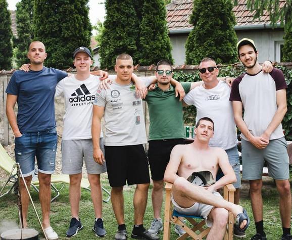 Na kotliću sa prijateljima u Srbiji. Gulaš je nestao pre slikanja.