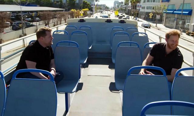 Princ Hari i Džejms Korden u turističkom autobusu