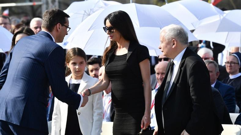 ... Później, w czasie obchodów rocznicy katastrofy na Placu Piłsudskiego w Warszawie, ciężarna Kaczyńska była już w zupełnie innej stylizacji. Zakładając tak dopasowaną sukienkę, dała znać, że nawet nie próbuje ukrywać krągłości, a wręcz jest z nich dumna...