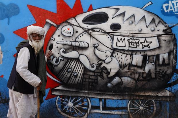 Zderzenie światów na ulicy Udaipuru w Radżastanie