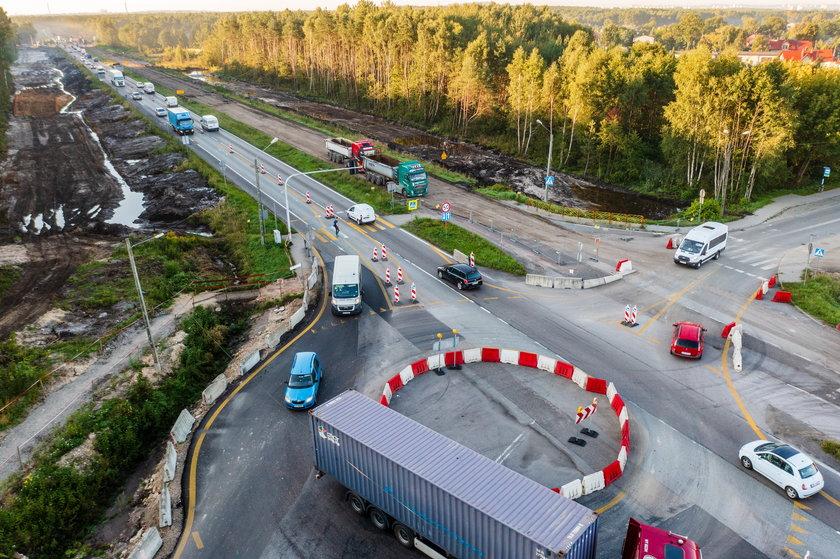 Niebezpieczne przejście na przebudowywanej S1 w Dąbrowie Górniczej. Mieszkańcy apelują o włączenie sygnalizacji świetlnej.