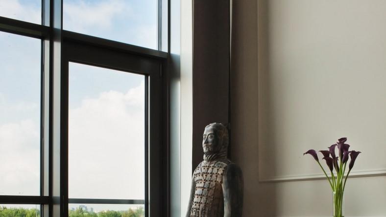 Cały apartament został wypełniony niebanalnymi, designerskimi dodatkami i unikalną sztuką - zaprojektował go Maciej Zień dla Woronicza Qbik