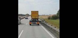 Szokujący film z autostrady. Gdy zobaczył ludzką rękę, zaczął trąbić