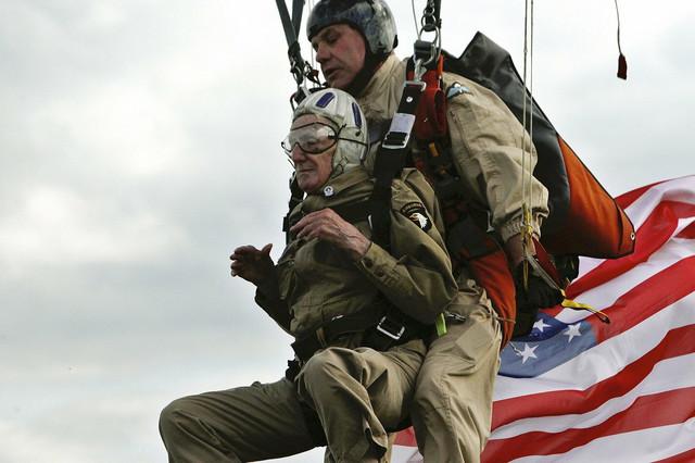 Padobranci: U obeležavanju Dana D učestvovali su i stari padobranci poput Džima Martina (93), koji su, naravno, imali pomoć pri spuštanju