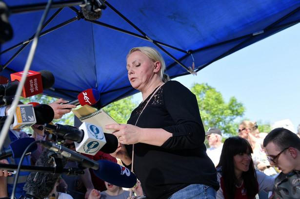 Przed Sejmem zebrała się grupa osób popierających rodziców i opiekunów osób niepełnosprawnych, które wcześniej od 40 dni protestowały w budynku parlamentu.