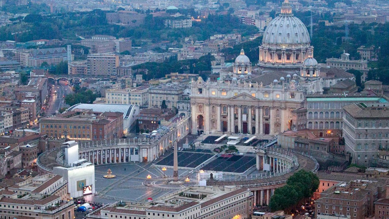 Wierni słuchają mszy na rzymskich mostach