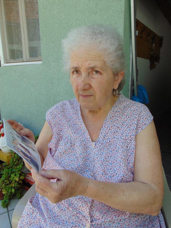 Komsinica Rada Nedeljkovic gleda fotografiju na kojoj je Lena koja je bila na svadbi kod njene unuke