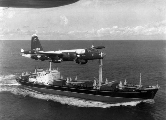 Američki P-2H neptun leti nisko iznad sovjetskog broda natovarenog projektilima