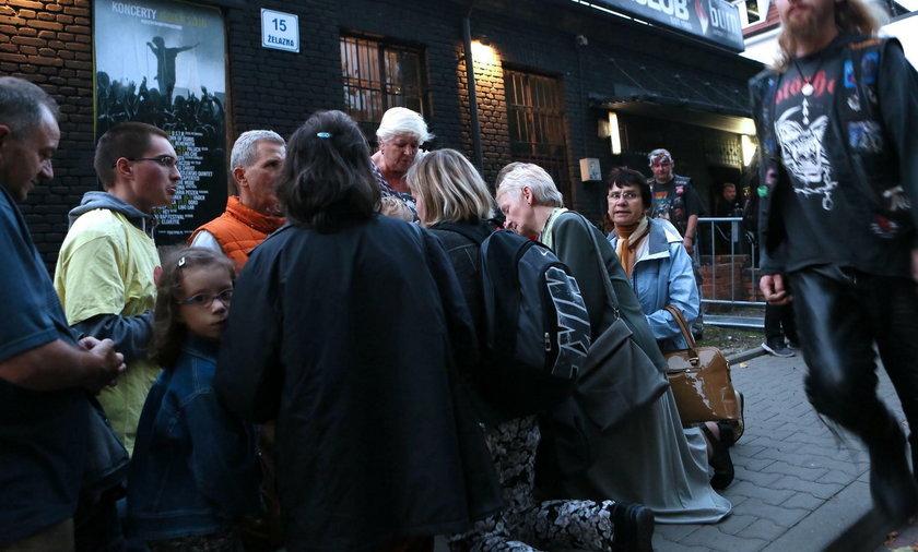 Katolicy modlą się na różańcu przed katowickim Mega Club