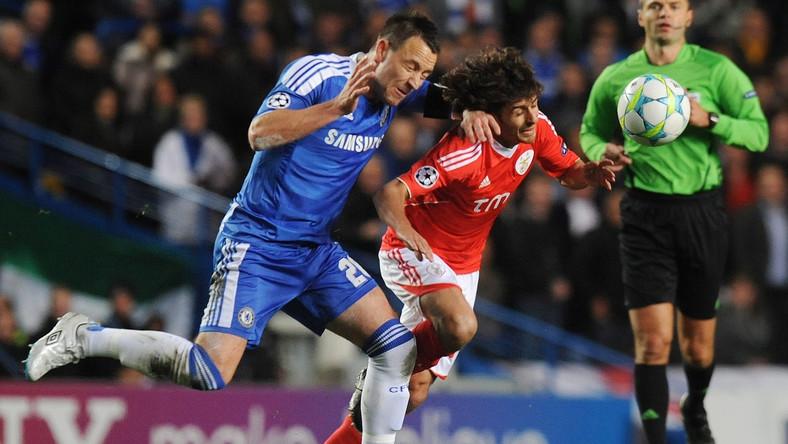 John Terry walczy o piłkę z Pablo Aimarem w meczu Ligi Mistrzów Chelsea - Benfica