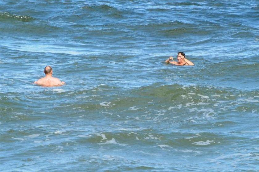 Komorowska kąpie się w Bałtyku