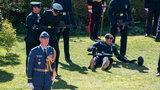 Niepokojące sceny na pogrzebie księcia Filipa. Żołnierz upadł na trawę, drugiego złapali w ostatniej chwili