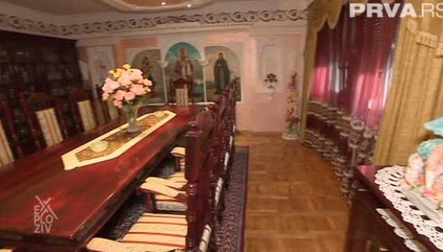 Dnevna soba u kojoj proslavljaju slavu, a na čijem zidu se nalaze sv NIkola, sv Petka i Majka Božija