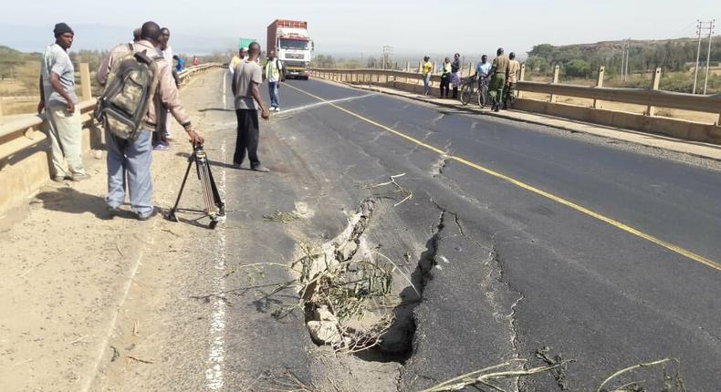 Cracks that developed on Mai-Mahiu -Naivasha Road following tremors experienced on Sunday night (Twitter)