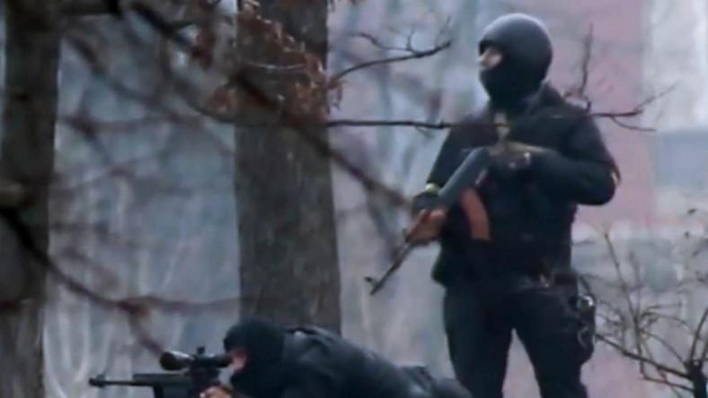 Pacyfikacja protestów na Majdanie. Snajper przy karabinie