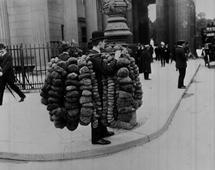 Klienci mogą inwestować w obligacje korporacyjne. Czy to ma sens? Na zdjęciu: Sprzedawca gąbek z Berlina ok. 1908 r.