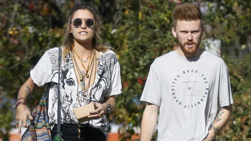 Filha de Michael Jackson em uma caminhada com um ex-namorado