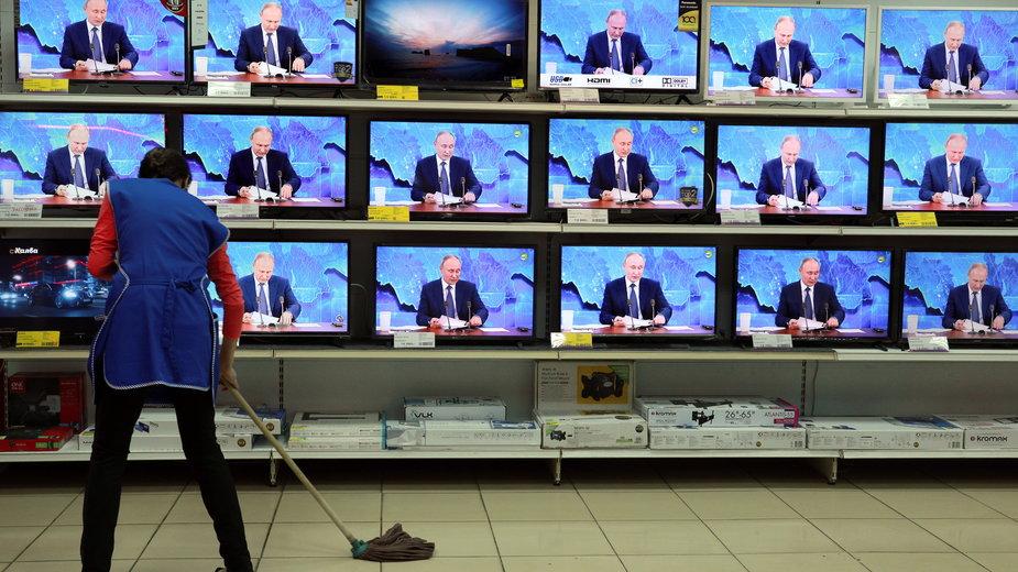 Sklep RTV w Riazaniu w Rosji podczas konferencji prasowej Władimira Putina, grudzień 2020 r.