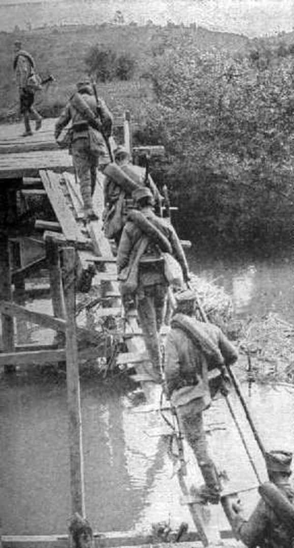 Srpski vojnici prelaze Kolubaru tokom bitke