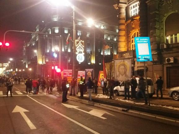 Susret u Nemanjinoj sa kolonom koja protestuje zbog potapanja valjevske Gračanice