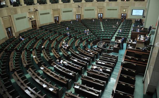 Za odrzuceniem projektu w pierwszym czytaniu - o co wnioskował klub PiS - było 231 posłów, 198 było przeciw, 2 wstrzymało się od głosu.